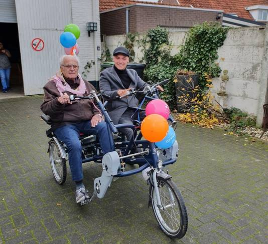 Een eerste proefriet op de gloednieuwe duofiets, die Kei Scherp doneerden aan ouderen.