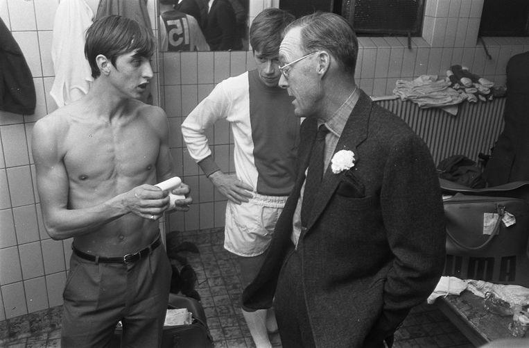Vooraf bezoekt prins Bernhard de kleedkamer, met Johan Cruijff en Gerrie Mühren Beeld Nationaal Archief/Anefo 921-7324
