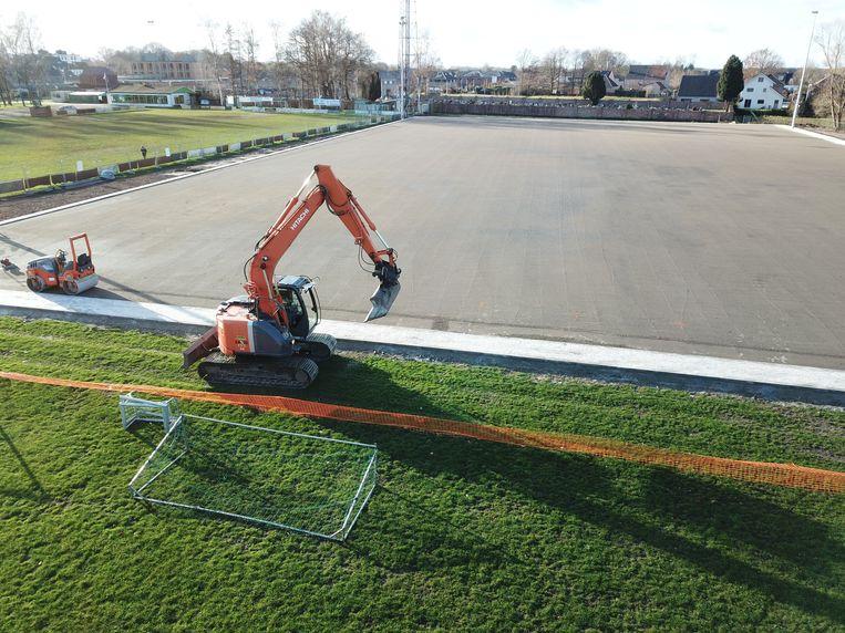 Het nieuwe kunstgrasveld werd de voorbije maanden aangelegd.