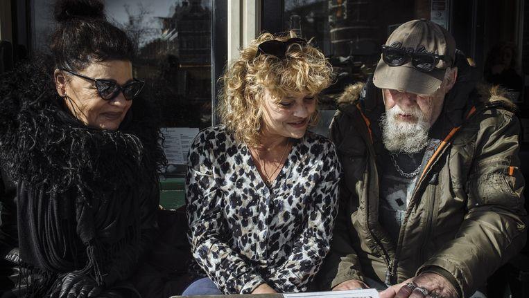 Elizabeth (links) en Stieneke van Dijk met Johan 'Koffertje' Zweers Beeld Marc Driessen