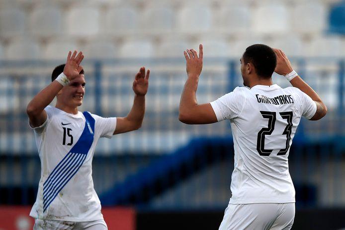 Georgos Giakoumakis (r) viert zijn eerste doelpunt in het shirt van Griekenland. Links de andere doelpuntenmaker Christos Tzolis.