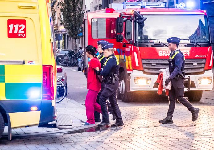 De labiele man werd voor zijn eigen veiligheid geboeid afgevoerd met een ambulance.