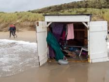 Ravage van verwoeste en weggewaaide strandhuisjes