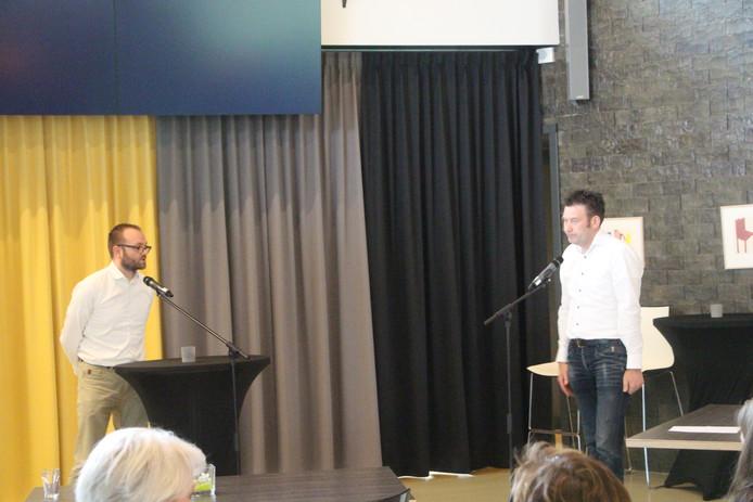 VVD-vertegenwoordiger Gerjan Teselink (l) gaat in op vragen van D66-lijsttrekker Han Boer als die analyseert wat parallel aan het proces van verkenner Jaap Jonk de afgelopen dagen is gebeurd in aanloop naar een CDA-GB-VVD-coalitie.