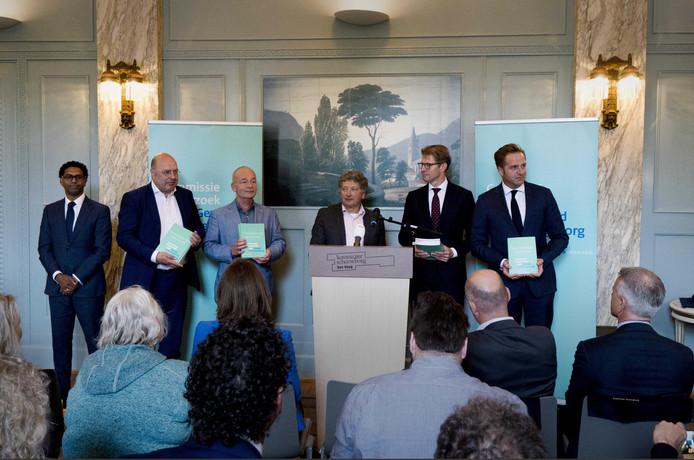Micha de Winter, voorzitter van de Commissie, overhandigt het eindrapport van de Commissie Onderzoek naar geweld in de jeugdzorg aan ministers Dekker (JenV) en De Jonge (VWS).