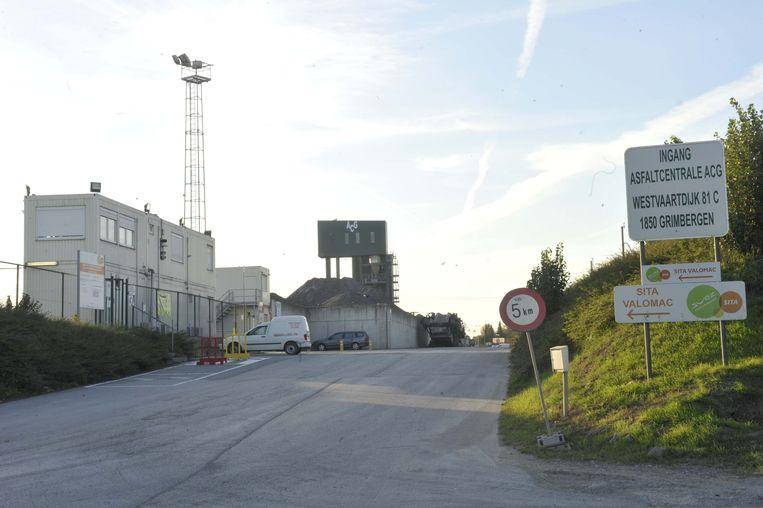 De asfaltcentrale van Viabuild langs de Westvaartdijk.
