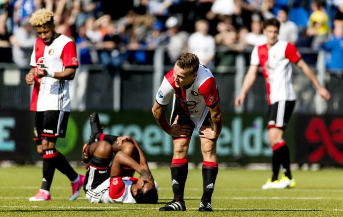Spelers van Feyenoord reageren teleurgesteld op de remise in Zwolle.