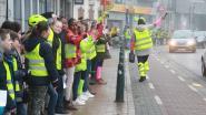 VIDEO. Leerlingen maken grote fluoketting voor meer verkeersveiligheid