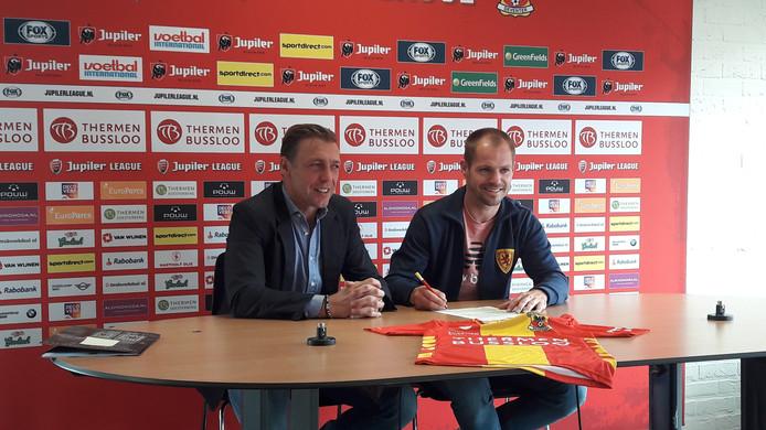 Istvan Bakx zet zijn handtekening onder het contract.