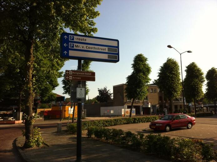 Deze verwijsborden in het centrum van Uden zijn incompleet en werken regelmatig niet. Op dit bord staat inmiddels wel een verwijzing naar de nieuwe parkeergarage Promenade, op de meeste andere niet.