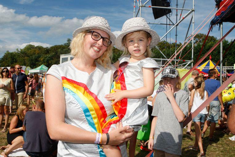 Saartje en haar dochter Lara (4) zakten af in K3-outfit.