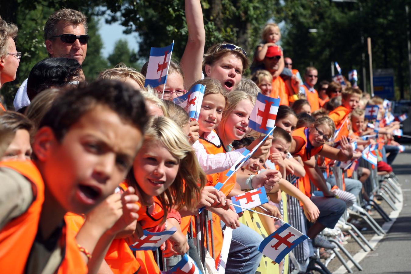 Schoolkinderen wachten langs de Laan naar Eme op de wielrenners van de Vuelta.