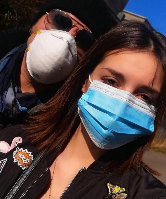 Axel en zijn vriendin met mondmaskers.