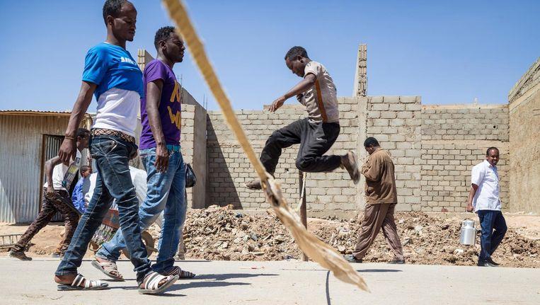 Een man springt letterlijk de grens over van Somaliland naar Ethiopië. Controle wie de grens passeert, is er nauwelijks. Beeld null