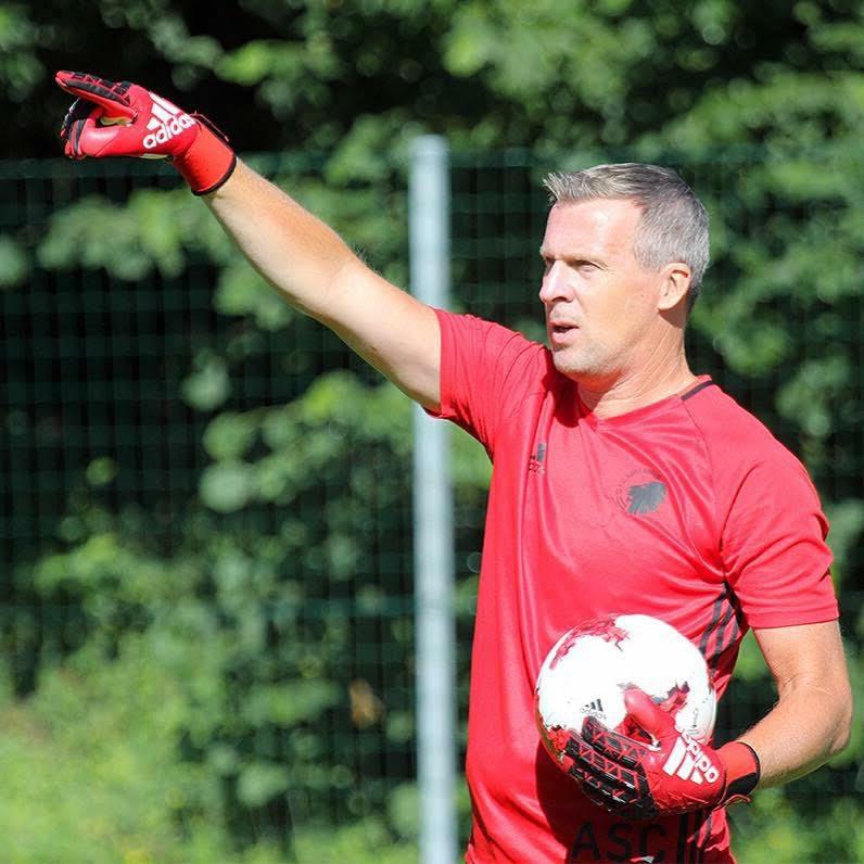Somerenaar Anton Scheutjens in actie als keeperstrainer.
