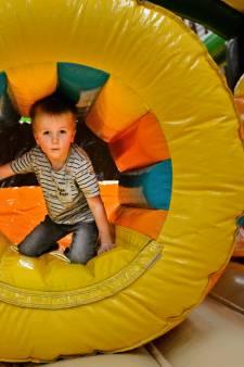 Kinderen leven zich in Nijverdalse sporthal uit op opblaasbare speeltoestellen