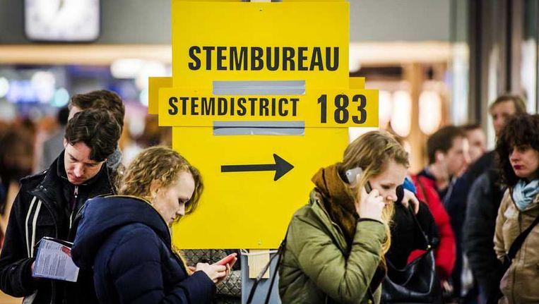 Wachtenden bij het stembureau op station Utrecht Centraal. Beeld anp