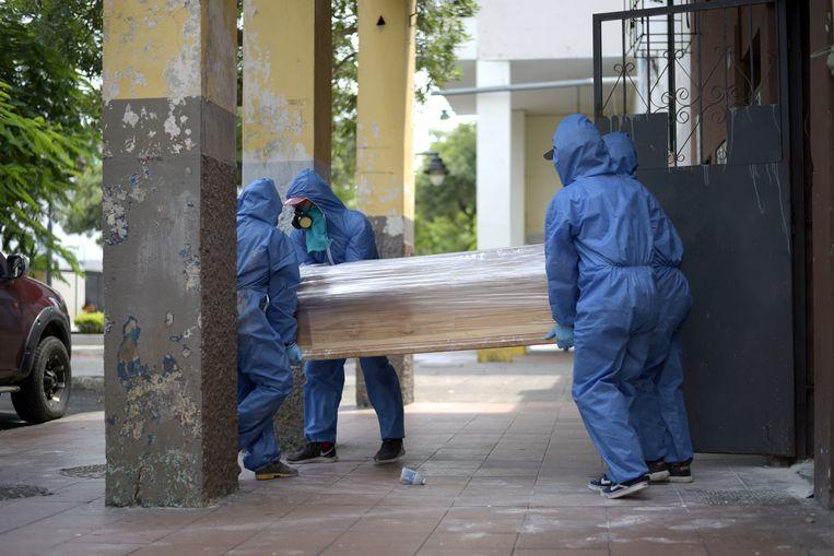 Een doodskist wordt weggedragen in Guayaquil.
