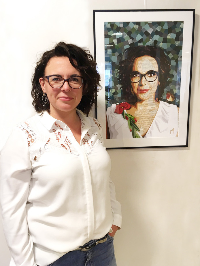 Nicolien Fiere naast haar zelfportret.