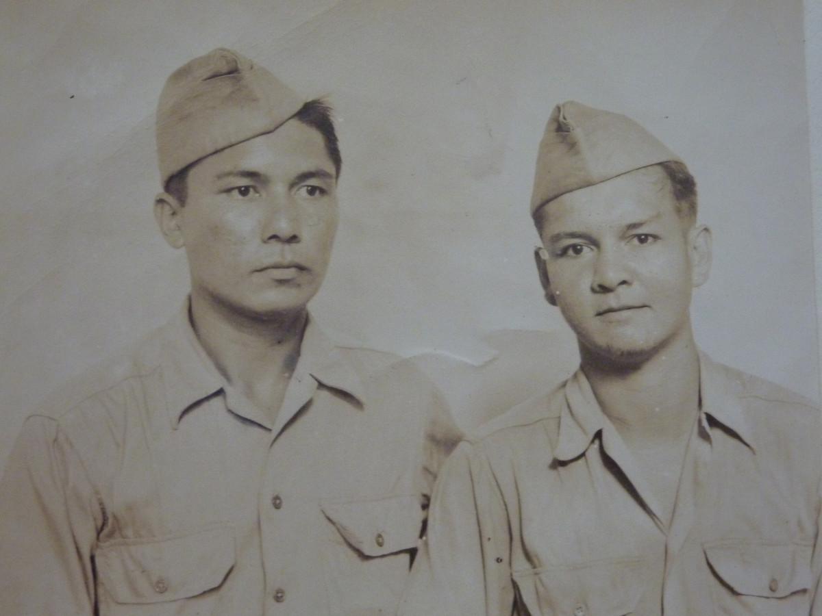 Dick (links) en zijn jongere broer Christiaan (bijnaam: Puck) met wie hij 2 maanden na decapitulatie van Japan in Manilla werd herenigd.