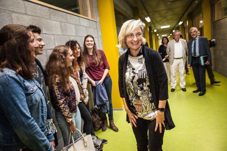 Hilde Crevits reikt een subsidie uit aan Gentse scholen die energiebesparende projecten uitvoeren.