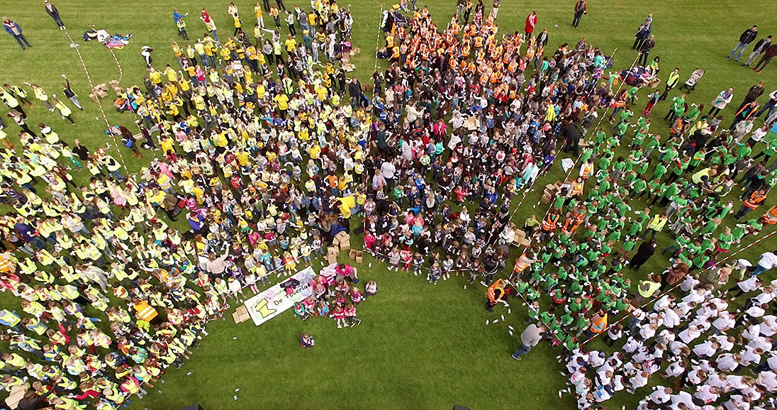 NOS Jeugdjournaal vloog met een drone over het dansen in Etten-Leur, bekijk dinsdagavond het Jeugdjournaal voor de hele reportage