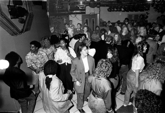 De dansvloer van discotheek Corniche is weer gevuld in 1997