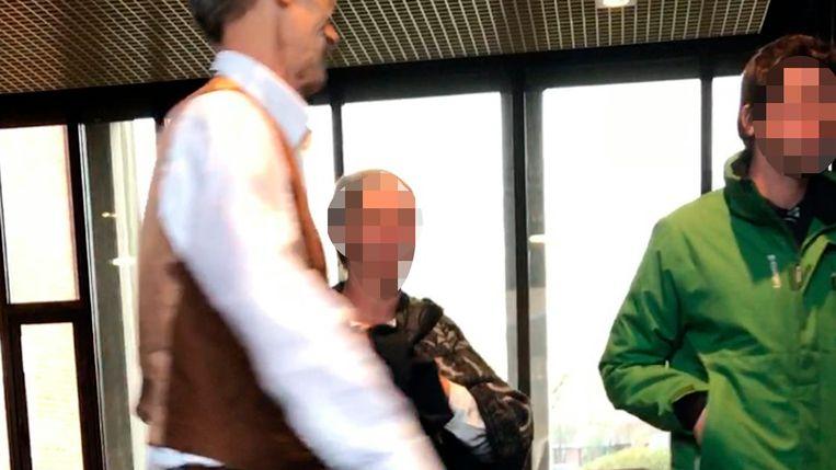 Doodrijder Marijn T. verlaat met de tranen in de ogen de rechtbank in aanwezigheid van zijn advocaat en moeder.