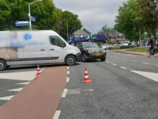 Twee auto's botsen op elkaar in Borne: één persoon gewond