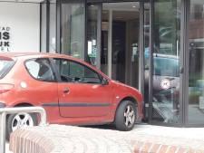 LIVE | Auto rijdt in op stadhuis Harderwijk, bestuurder na vlucht aangehouden