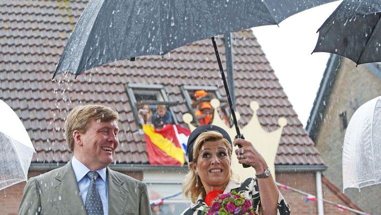 Prinses Maxima houdt de paraplu stevig vast. Foto ANP Beeld