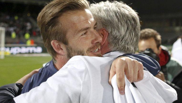 Becks valt in de armen van trainer Ancelotti.