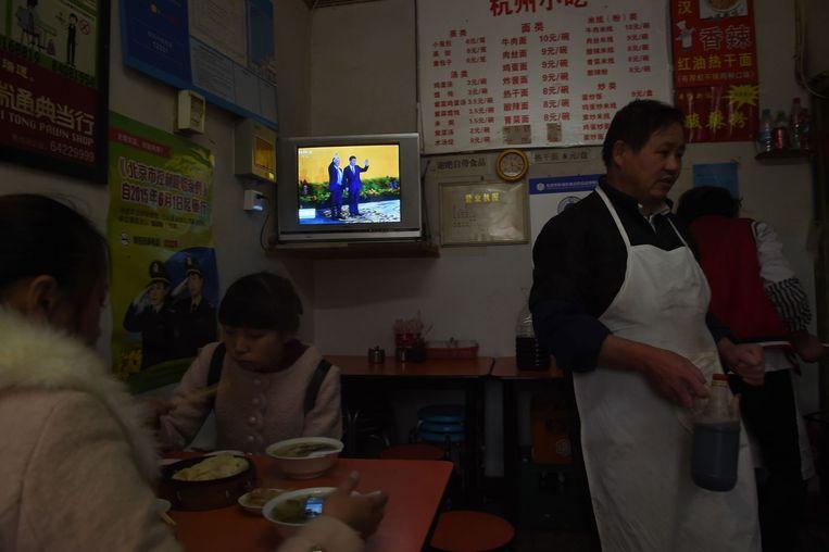 In een restaurant in Peking wordt het nieuws over de ontmoeting in Singapore gevolgd Beeld afp