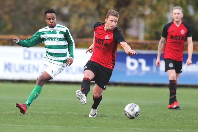 Nick Brouwer, de maker van de 1-1, is Te Werve-speler Shwendell Cijntje te snel af.