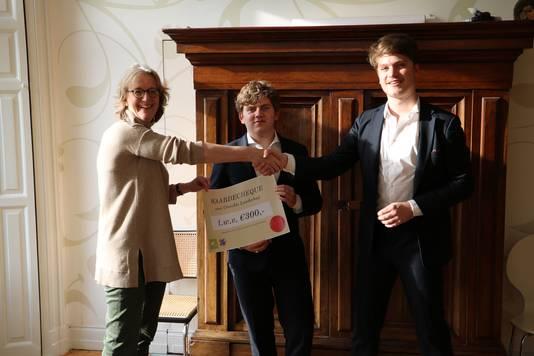 Utrechtse studenten overhandigen de cheque van 300 euro.