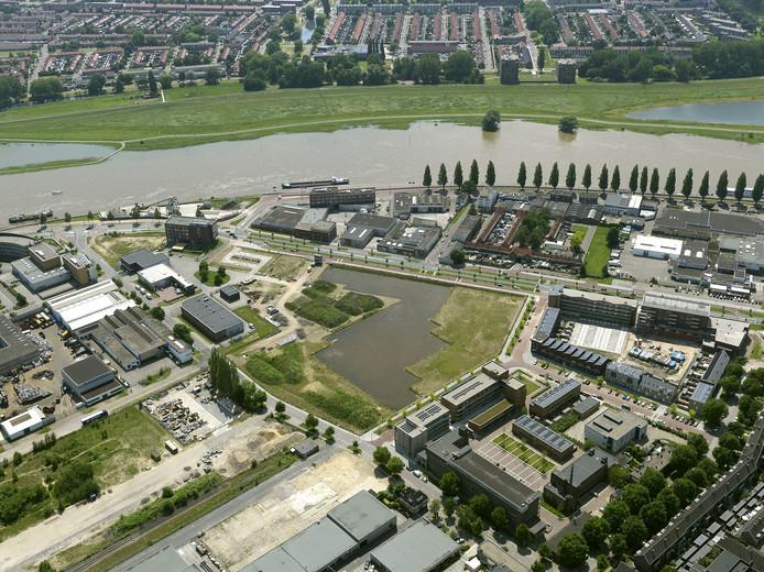Uitzicht vanaf de lucht op het toekomstige woongebied Nieuwe Kadekwartier, met op de voorgrond de waterplas van Fluvium en op de achtergrond het huidige Rijnwijk.