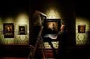 Medewerkers leggen de laatste hand aan een Rembrandt-tentoonstelling in het Mauritshuis (archieffoto).
