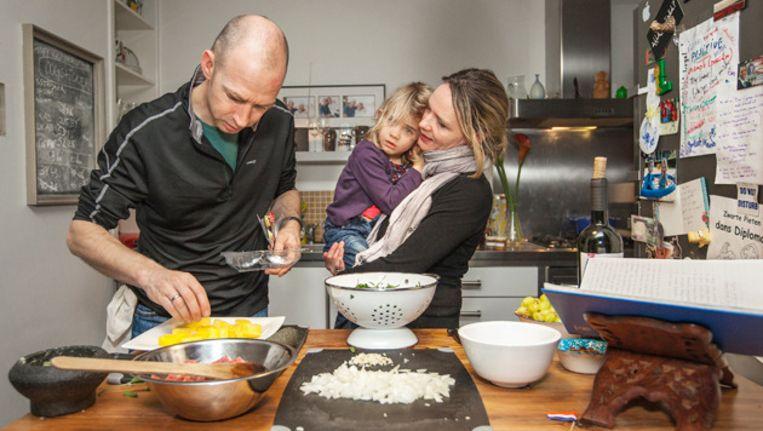 Joost, Shirley en hun dochter Lena maken een gerecht uit Oman. Beeld Marc Driessen