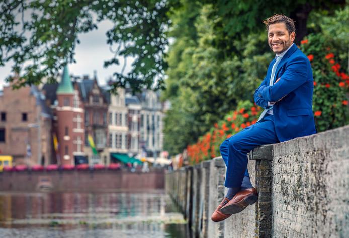 Sebastian Kruis, fractievoorzitter van de Haagse PVV, bij de Hofvijver: ,,Den Haag zit vol. We kunnen alleen nog de hoogte in. En ondertussen groeit de bevolking verder, puur als gevolg van de immigratie. Daar moeten we mee ophouden. ''
