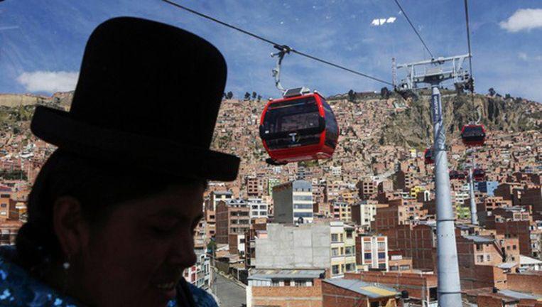 Boliviaanse vrouw in een gondel van El Alto naar La Paz. Beeld reuters