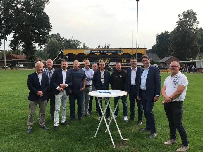 Het hoofdlijnenakkoord voor de fusie van RV en RKSV tot SV Rijssen werd toepasselijk getekend op de middenstip van Rijssen Vooruit.