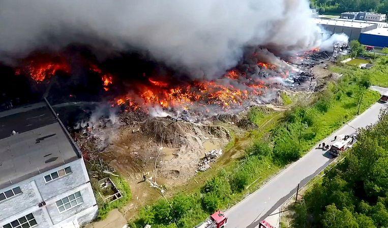 In de Poolse stad Zgierz vervuilt dikke rook van vuilnisverbranding de lucht. Beeld AP