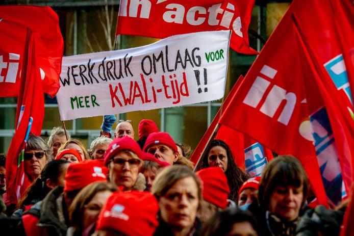 Jeugdzorgwerkers demonstreerden begin dit jaar tegen het kabinetsbeleid. De actievoerders liepen naar het ministerie van VWS waar zij een fluitconcert hielden. Komende maandag gaan ze staken.