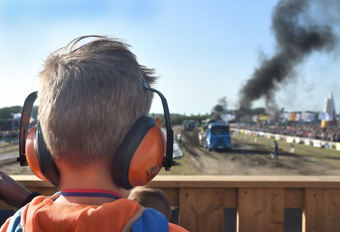 Mika (6) uit Nieuw- en Sint Joosland is helemaal gek op TrekkerTrek en gaat elk jaar met zijn vader mee.