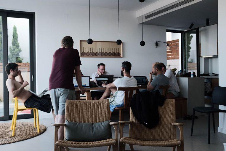 Medewerkers van Qikker overleggen tijdens een werkvakantie. Beeld Qikker
