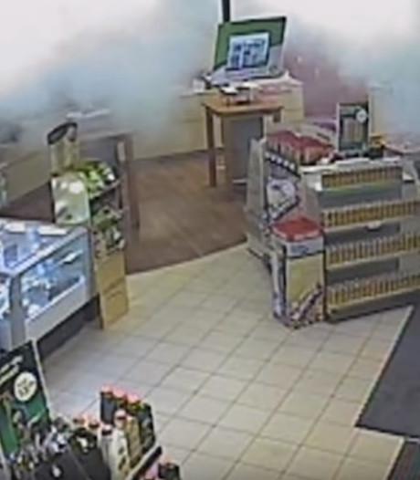 Bizar moment in tankstation: lifter tilt zomaar vrouw op, spuit poederblusser leeg en verlaat zwaaiend de zaak