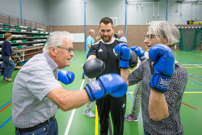 Parkinso patiënten Jan Dingemanse Jeannette van der Sman krijgen bokslessen van Selim Okkali.