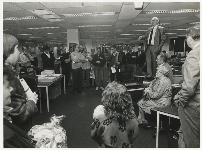 Hoofdredacteur Gommert de Kok (met das) spreekt in de Plaspoelpolder de redactie van de Haagse Courant toe.