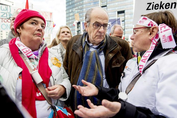 NVZ-voorzitter Ad Melkert ging op 20 november tijdens de nationale ziekenhuisstaking in gesprek met actievoerders.