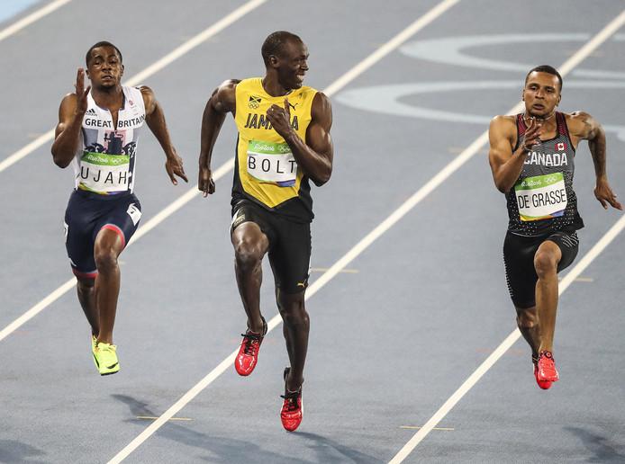 De 'Koning van Rio', Usain Bolt, kijkt eens naar rechts en links en ziet in de halve finale van de 100 meter al na een meter of zeventig dat het goed zit. André De Grasse (rechts) gaat nog even voluit.